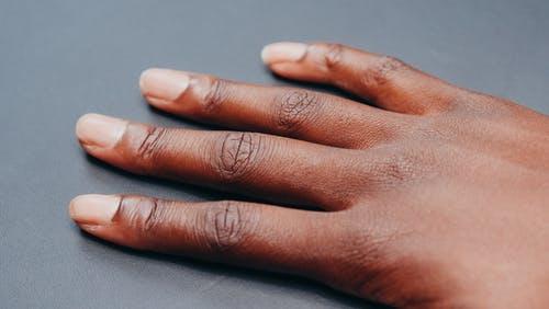 Comment faire ses propres ongles en acrylique à la maison